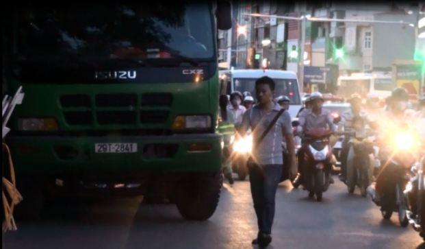 """Xe rác hoạt động như """"xe vua"""" tại Hà Nội"""