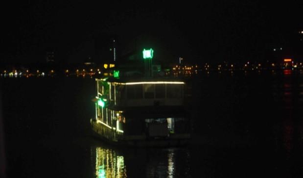 Nhà nổi Hồ Tây: To chình ình mà không tìm được chủ?