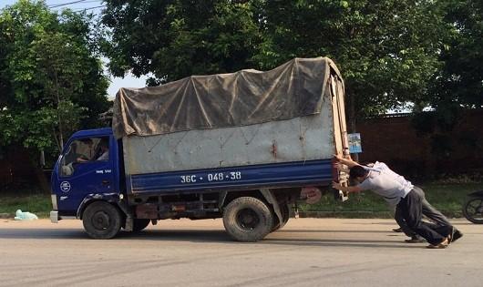Vừa rời khỏi trung tâm đăng kiểm, xe tải gây tai nạn do mất phanh
