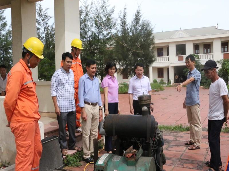 Lãnh đạo huyện kiểm tra máy phát phục vụ kỳ thi THPT Quốc Gia