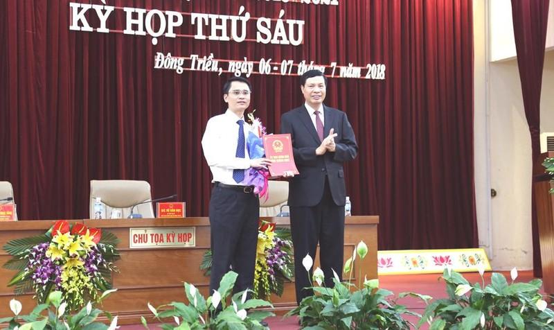 Ông Nguyễn Đức Long - Chủ tịch UBND Tỉnh Quảng Ninh trao quyết định phê chuẩn chủ tịch UBND Thị Xã Đông Triều cho ông Phạm Văn Thành
