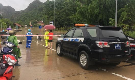 CSGT trực chốt tại Dốc Đèo Bụt không cho các phương tiện qua khu vực đang bị ngập úng