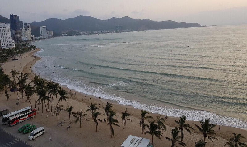 Bãi biển Nha Trang xanh biếc với bờ cát trắng trải dài nhìn từ ban công khách sạn Mường Thanh Viễn Triều