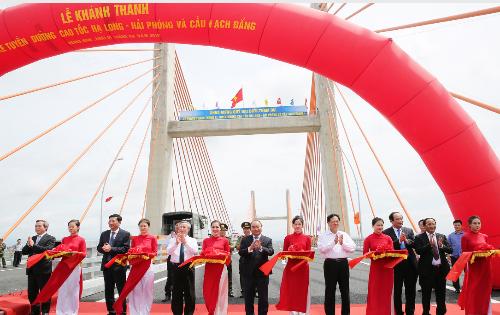 Thủ tướng Nguyễn Xuân Phúc cắt băng khánh thành tuyến đường cao tốc Hạ Long - Hải phòng