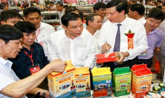 Bộ trưởng Bộ NN và PTNT Nguyễn Xuân Cường tham quan sản phẩm OCOP Quảng Ninh