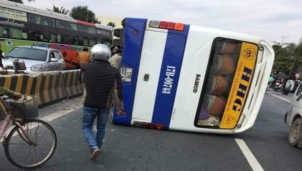 Xe khách Thái Bình lật nghiêng trên đường Hải Phòng, hành khách hoảng loạn