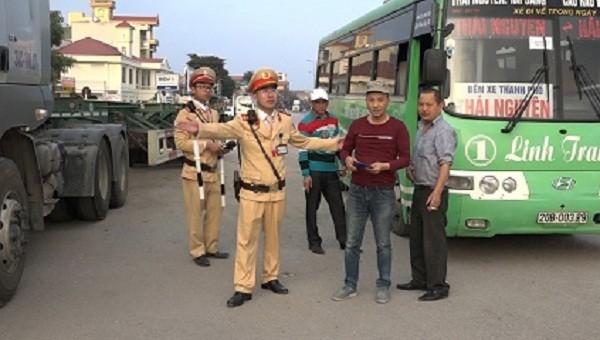 Lực lượng CSGT Công an tỉnh Hải Dương tiến hành kiểm tra vi phạm giao thông