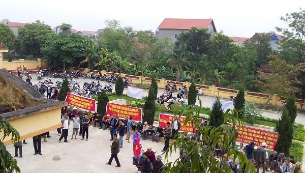 Hàng trăm người dân bao vây UBND xã