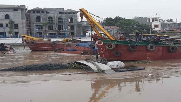Tàu chở hàng bị chìm trên sông Tam Bạc