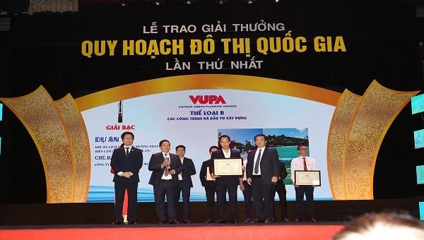 Ông Vũ Tiến Lộc Chủ tịch VCCI cùng ông Nguyễn Thế Hùng phó Chủ tịch UBND thành phố Hà Nội trao giải thưởng cho  đại diện Tập đoàn Mường Thanh