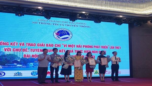 Ban tổ chức trao giải cây bút trẻ triển vọng cho các tác giả tham dự cuộc thi
