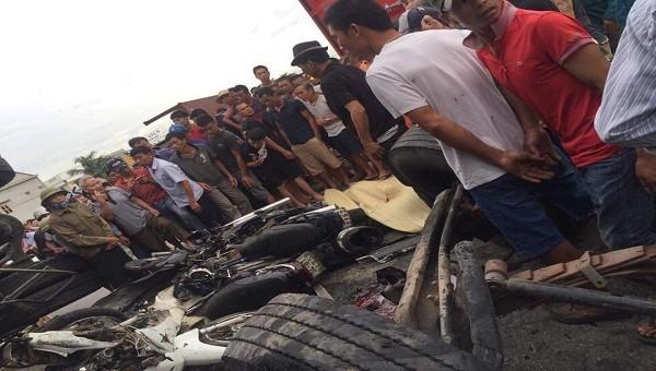 Người dân hiếu kỳ chứng kiến vụ tai nạn