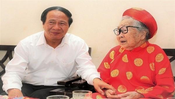 Bí thư Thành ủy Hải Phòng Lê Văn Thành thăm, tặng quà cho Mẹ Việt Nam anh hùng