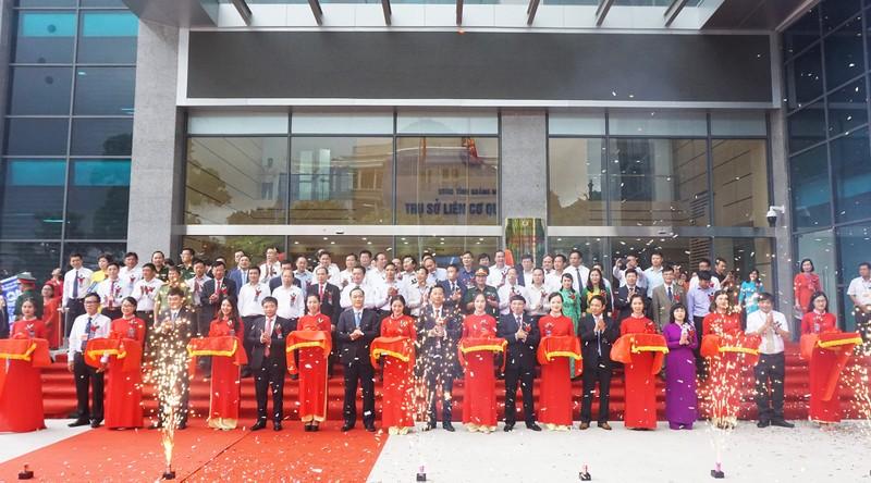 Các lãnh đạo tỉnh Quảng Ninh cắt băng khánh thành Trụ sở Liên cơ quan số 3.