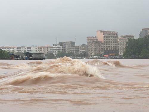 Do mưa lớn, nước lũ trên sông Ka Long đang dâng cao.