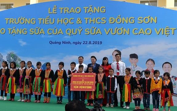 Chủ tịch Quốc hội Nguyễn Thị Kim Ngân tặng quà cho các em học sinh trường Tiểu học và THCS Đồng Sơn.