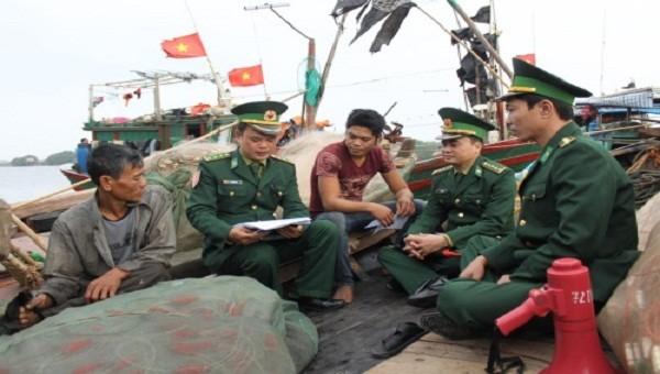 Cán bộ Trạm Kiểm soát Biên phòng Cửa Lân tuyên truyền, phổ biến, giáo dục pháp luật cho ngư dân xã Nam Thịnh, huyện Tiền Hải