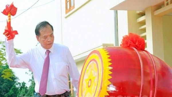 Ông Nguyễn Mạnh Hiển, Bí thư Tỉnh ủy Hải Dương đánh trống khai giảng tại Trường THPT Thanh Miện