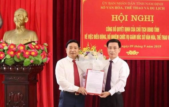 Tân Giám đốc Sở Văn hóa- Thể thao và Du lịch Nam Định (bên trái) nhận quyết định bổ nhiệm