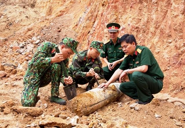 Lực lượng chức năng di dời quả bom nặng hơn 113 kg.