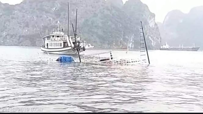 Tàu du lịch va tàu chở đá, chìm giữa vịnh Hạ Long