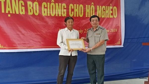 Cục thi hành án dân sự tỉnh Quảng Ninh tặng bò giống cho hộ nghèo