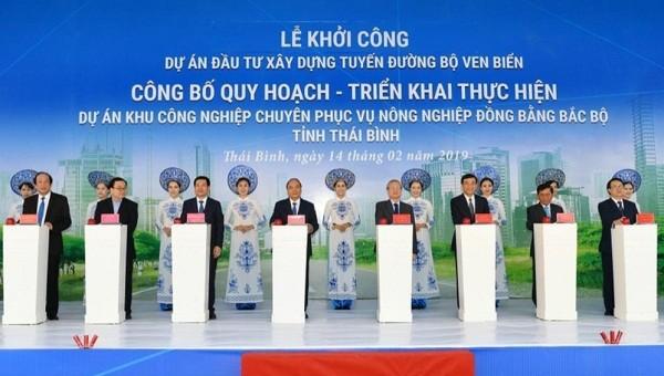 Thủ tướng Nguyễn Xuân Phúc bấm nút động thổ xây dựng đường bộ ven biển Thái Bình.