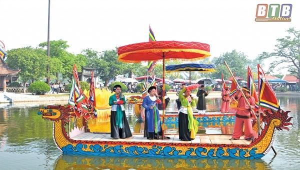 Biểu diễn du thuyền hát giao duyên tại Lễ hội chùa Keo. Ảnh: Báo Thái Bình