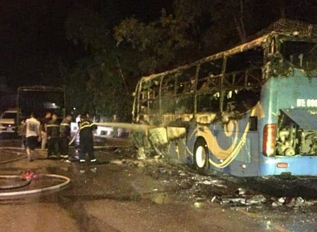 Gần 20 hành khách may mắn thoát chết trên xe khách bốc cháy