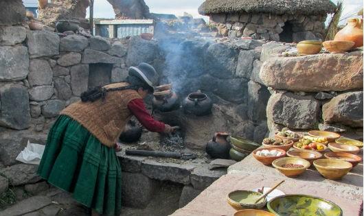 Một phụ nữ Quechua đang nấu nướng trong khu bếp lộ thiên gần khu di chỉ khảo cổ học Sillustani ở Puno (Peru)
