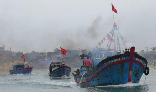Tàu cá của ngư dân Sa Huỳnh nối đuôi nhau vươn khơi sau lễ hội