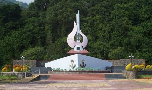 Đài tưởng niệm trong Di tích tàu không số Vũng Rô