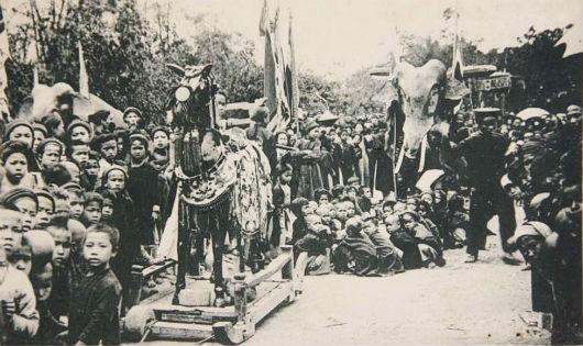 Theo vua nhà Nguyễn, việc hôn tế hội hè cho theo phong tục, việc kiện cáo thì có luật nhà nước. Trong hình là một đám rước tại miền Bắc cuối thế kỷ 19