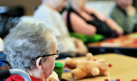 Từ 2002, mô hình EHPAD - cơ sở chăm sóc người già sống phụ thuộc, được trang bị nhiều thiết bị y tế - xuất hiện, và nhanh chóng bị quá tải