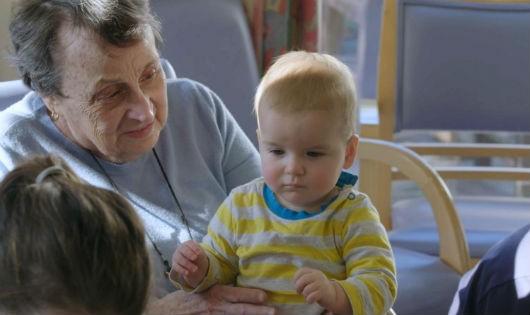 """Trẻ em là """"liều thuốc vàng"""" kéo dài tuổi thọ người già."""
