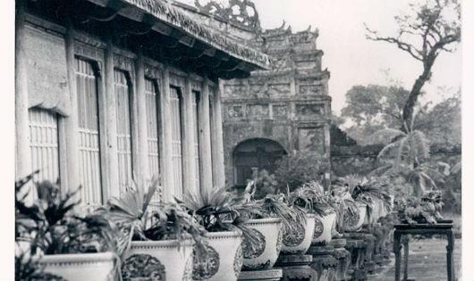 Trong khi người dân Huế có khi còn sống trong những túp lều, ông Cẩn lại cho xây biệt phủ hoành tráng tại Phú Cam