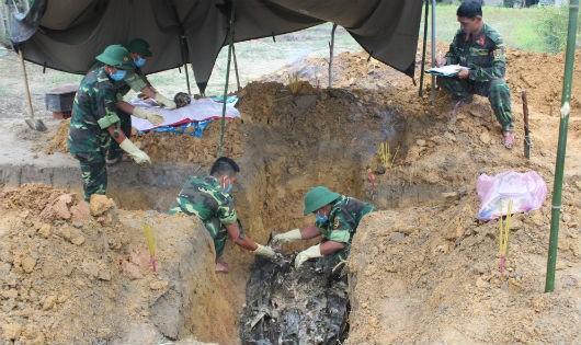 Đội Quy tập mộ liệt sỹ Sư đoàn 968 (Quân khu 4) cất bốc 6 hài cốt liệt sỹ ở khu vực vườn gia đình ông Phan Ngọc Viên Thôn Nghĩa Hy - thị trấn Cam Lộ (Quảng Trị).