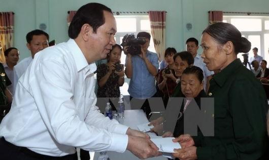 Chủ tịch nước Trần Đại Quang tặng quà cho người dân (TTXVN)