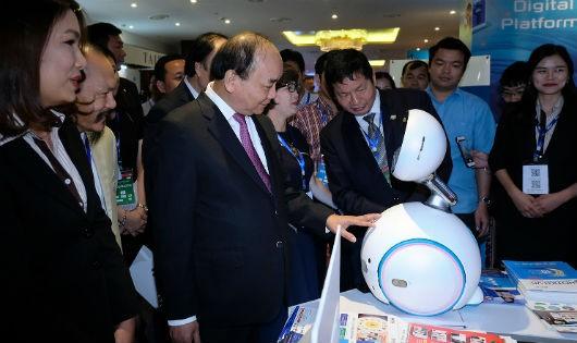 Thủ tướng Chính phủ tham quan Triển lãm trưng bày công nghệ thông tin