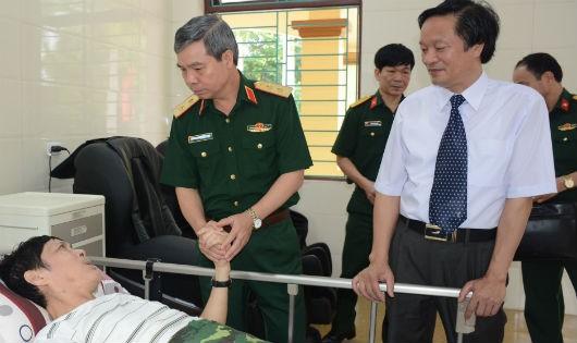 Trung tướng Đỗ Căn thăm hỏi, động viên thương binh nặng điều trị tại trung tâm.