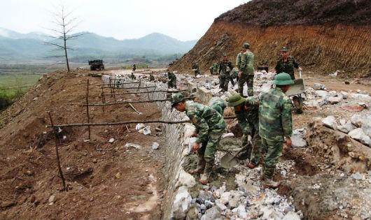 Bộ đội làm đường 30-4 tại Lục Ngạn (Bắc Giang)- công trình kết hợp kinh tế với quốc phòng