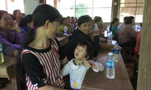 Mẹ con chị Hường tại cuộc họp thành viên chuẩn bị ra mắt Hợp tác xã kinh doanh chăn nuôi dê Hiệp Thành
