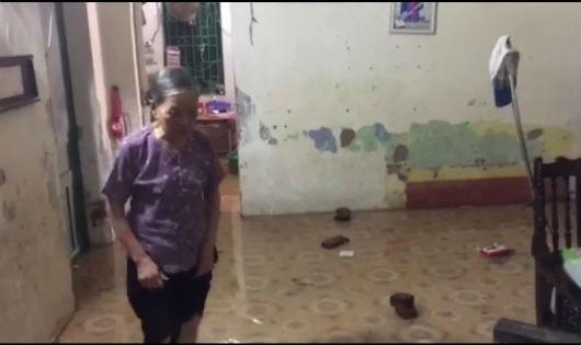 Mương thoát nước bị lấn chiếm, bà lão 85 tuổi sống trong ngôi nhà lụt lội ngay giữa Thủ đô