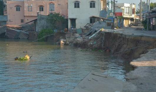 Sạt lở tại Vàm Nao, tỉnh An Giang làm hơn chục căn nhà trôi sông