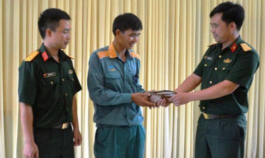 Anh Lê Hùng Cường nhận lại tiền và giấy tờ từ Thượng úy Hoàng Văn Siến và Trung úy QNCN Đào Văn Hoàn