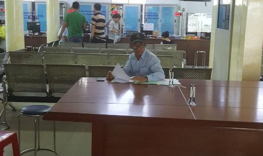 Không ít người, cứ vài ngày một lần lại lên Tổ tiếp nhận và trả kết quả huyện Hóc Môn hỏi thời gian trả kết quả giải quyết yêu cầu cấp GCN