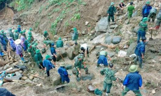 Lực lượng cứu hộ, cứu nạn triển khai đào bới trên khu vực hàng trăm m2 nơi xảy ra vụ sạt lở đất để tìm người mất tích