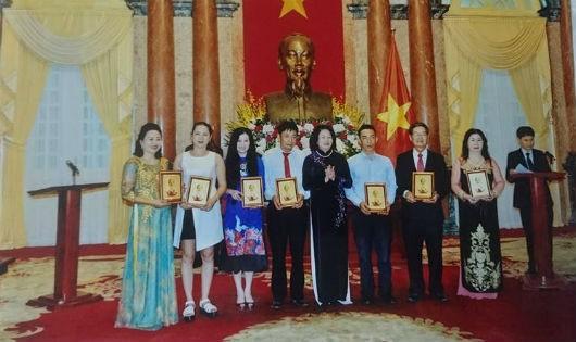 """Doanh nhân  """"nông dân""""  Ba Bé được Phó Chủ tịch nước tặng thưởng"""
