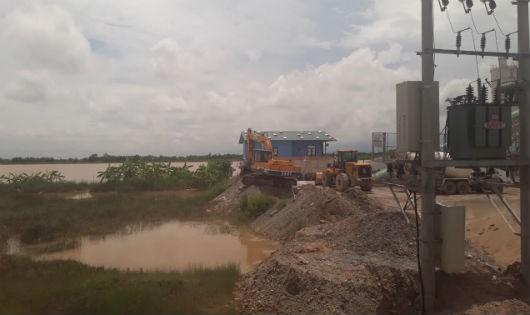 Nước thải chảy tràn lan khu vực trạm trộn.