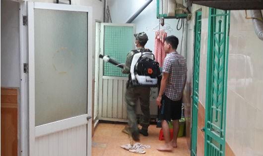 Phun hóa chất diệt muỗi khống chế dịch bệnh sốt xuất huyết tại khu dân cư thuộc địa bàn quận Đống Đa